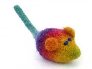 Katzenspielmaus Katzenspielzeug aus Strickfilz mit Rassel, robust, waschbar Farbe regenbogenfarben dunkelblaue Augen - Handarbeit kaufen
