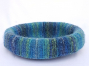 Katzenkorb/Katzenbett aus Schafwolle Strickfilz blau/grün, waschbar - Handarbeit kaufen