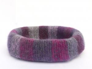 Katzenkorb/Katzenbett aus Schafwolle Strickfilz violett gestreift, waschbar  - Handarbeit kaufen