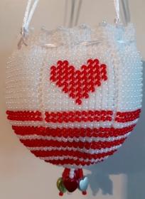 Perlenbeutel weiß-rot mit 2 roten Herzen - Handarbeit kaufen