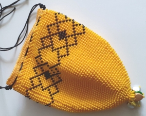 Perlenbeutel maisgelb mit Gitterbandmuster schwarz - Handarbeit kaufen