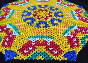 Perlendecke - Gelbes Deckchen mit bunten Motiven - Handarbeit kaufen