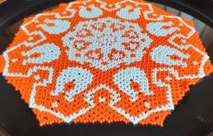Perlendecke - Oranges Deckchen mit weißen Tulpen - Handarbeit kaufen