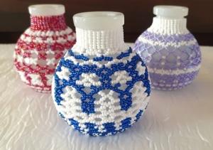 Weiß getöntes Fläschchen-Trio mit Perlen in blau, rot und lila umfädelt - Handarbeit kaufen