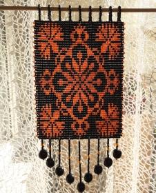 Fensterschmuck mit Rocaillesperlen in schwarz und orange - Handarbeit kaufen