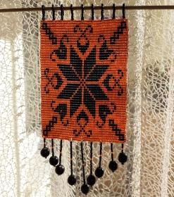 Fensterschmuck mit Rocaillesperlen in orange und schwarz - Handarbeit kaufen