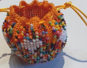 Perlenbeutel Bunter Mix mit weißen Herzen - Handarbeit kaufen