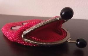 Perlenbeutel kühle Geometrie mit Taschenbügel und schwarzen runden Griffen