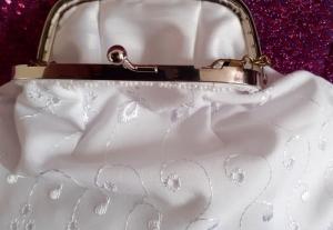 Midi-Tasche ganz in weiß mit Taschen-Bügel und Kette - Handarbeit kaufen