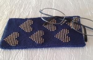 Handy- / Brillentasche gehäkelt mit elastischem Sockengarn dunkelblau mit Perlen - Handarbeit kaufen