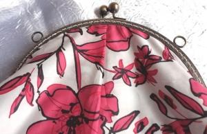 Frühlings Midi-Tasche mit roten Blumen - hochwertiger Taschen-Bügel mit 2 massiven Kugelgriffen - Handarbeit kaufen
