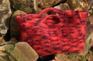 Henkeltasche in verschiedenen Rottönen gestrickt und verfilzt, Filztasche, Tasche - Handarbeit kaufen