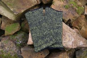 Handgefilzte Armstulpen aus schwarzer Wolle und gelb-schwarzer Pongeeseide  - Handarbeit kaufen