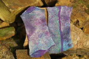 Handgefilzte Armstulpen aus violett-blau mellierter Wolle und Pongeeseide - Handarbeit kaufen
