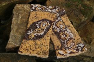 Handgefilzte Armstulpen aus beiger Wolle und gelb-brauner Pongeeseide - Handarbeit kaufen