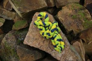 Spring- und Hüpfseil, geflochten und gefilzt, dreifarbig, gelb-grün-dunkelblau - Handarbeit kaufen