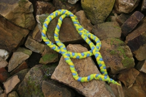 Spring- und Hüpfseil, geflochten und gefilzt, dreifarbig, hellblau-gelb-grün