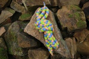 Spring- und Hüpfseil, geflochten und gefilzt, dreifarbig, hellblau-lachsfarben-grün - Handarbeit kaufen