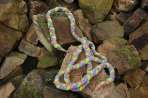 Spring- und Hüpfseil, geflochten und gefilzt, dreifarbig, rosa-grün-blau - Handarbeit kaufen