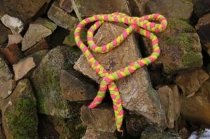 Spring- und Hüpfseil, geflochten und gefilzt, dreifarbig, pink-grün-gelb - Handarbeit kaufen