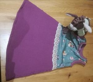 Sommerkleid aus lila Waffelpique mit Zieborte in Gr. 110 - Handarbeit kaufen