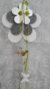Dekorative Kette mit  Holzherz und Schleifen und Kunstgrün