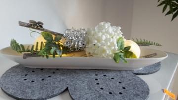 Porzellanschale mit Acryalkugeln und Kunstblumen beleuchtet