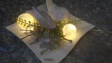 Porzellanteller mit Acryalkugeln und Kunstblumen mit einer 10er Timer Batterielichterkette