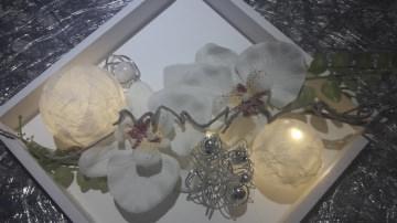 Holzkästchen mit Acrylkugeln mit einer 10er Timer Lichterkette, und Kunstblumen