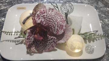 Porzellanteller mit Acrylkugeln und Kunstblume Orchidee inkl. 10er Timer Batterielichterkette