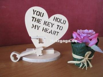 Ein handgefertigtes Holzherz mit Schriftzug aus Holz,Holzherz,Schriftzug,Liebe,Geschenk,