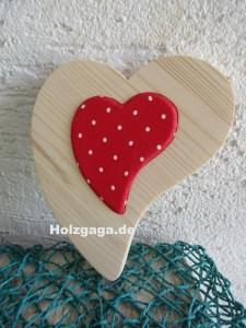 Holzherz mit rot weiß  gepunkteten Stoff in handangefertigt aus Fichtenholz