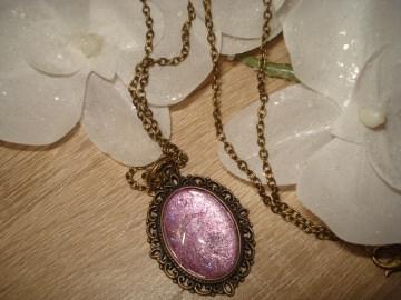 Modische Halskette, oval mit Cabochon in lila/Glitzer