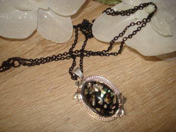 Modische Kette, silber/schwarz, oval mit Muschelsplitter im Cabochon