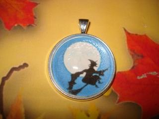 Halloween Kettenanhänger - Hexe im Mond