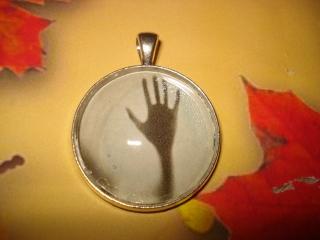 Halloween Kettenanhänger - Geisterhand, gruselig - mit passender Kautschukkette