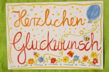Mit Freude und Buntstiften gemalte Karte