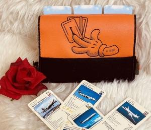 Handgemachter Kartenhalter für Kartenspiele für Kinder und Senioren in Kunstleder und Stick Motiv Orange Spielkarten Kartenständer - Handarbeit kaufen
