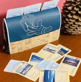 Handgemachter Kartenhalter für Kartenspiele für Kinder und Senioren in Kork  Leder und Stick Motiv Spielkarten Kartenständer Unikat  - Handarbeit kaufen