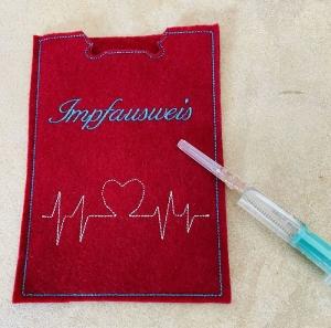 Impfpass, Impfausweis Gestickt auf Hochwertigem Filz mit Herzschlag - Handarbeit kaufen