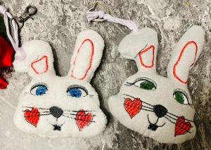 Osterhase bestickt und Kuschel Weich Taschenbaumler Hase Teddy - Handarbeit kaufen
