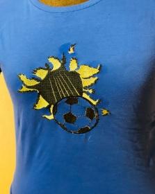 T-Shirt Fußball Gr 140  blau Fliegender Ball Tor Blau Bestickt Unikat - Handarbeit kaufen