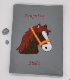 Zeugnismappe Pferd Pferdekopf A4 gestickt auf grauem Filz personalisierbar - Handarbeit kaufen