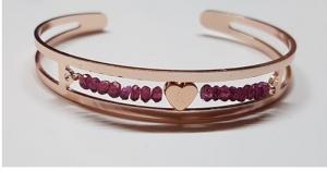 Handgefertigter Artikel: rosefarbene Armspange mit echten Rhodolite Edelsteinen und einem rosevergoldetem Herz kaufen - Handarbeit kaufen