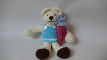 Süßer Teddybär mit einem blauen Kleid und bunter Schultüte im Arm ♥