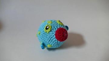 Gehäkelte Kugelfisch-Rassel in Grün und Blau für Babys ♥