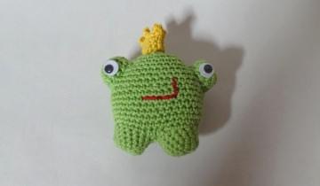 Kleiner, gehäkelter Frosch als Glücksbringer oder Kuscheltier ♥