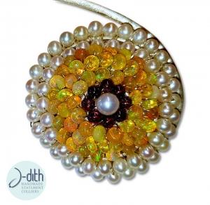Collier Rayons de Soleil, extravagantes Statement Collier aus goldgelben Edelopalen, Sterling Silber, Süßwasser Perlen und Granatsteinen - Handarbeit kaufen