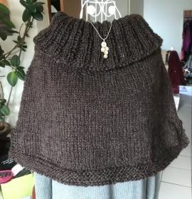 Kuscheliger Poncho mit großem Kragen aus reiner Wolle - Handarbeit kaufen