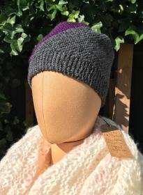 Handgestrickte Wollmütze in lila und grau Gr. S/M - Handarbeit kaufen